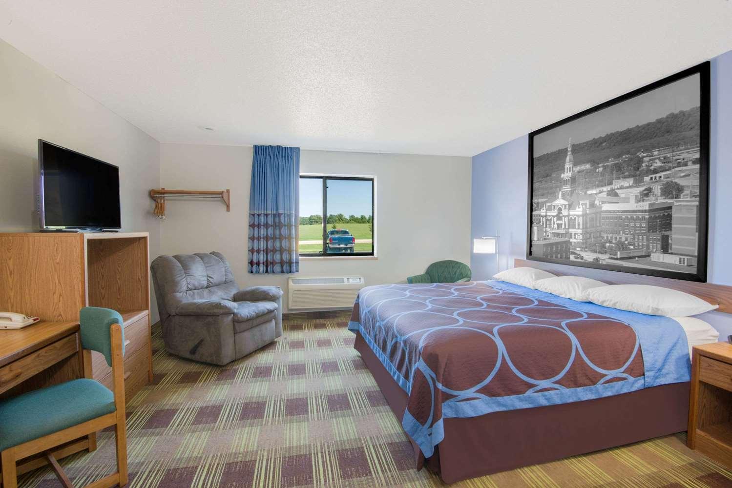 Suite - Super 8 Hotel Toledo