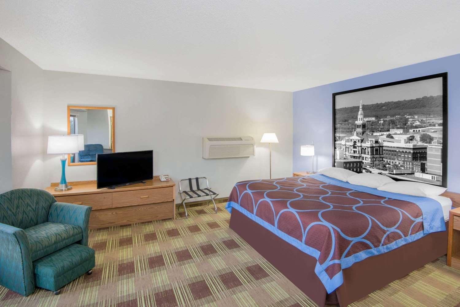 Room - Super 8 Hotel Toledo