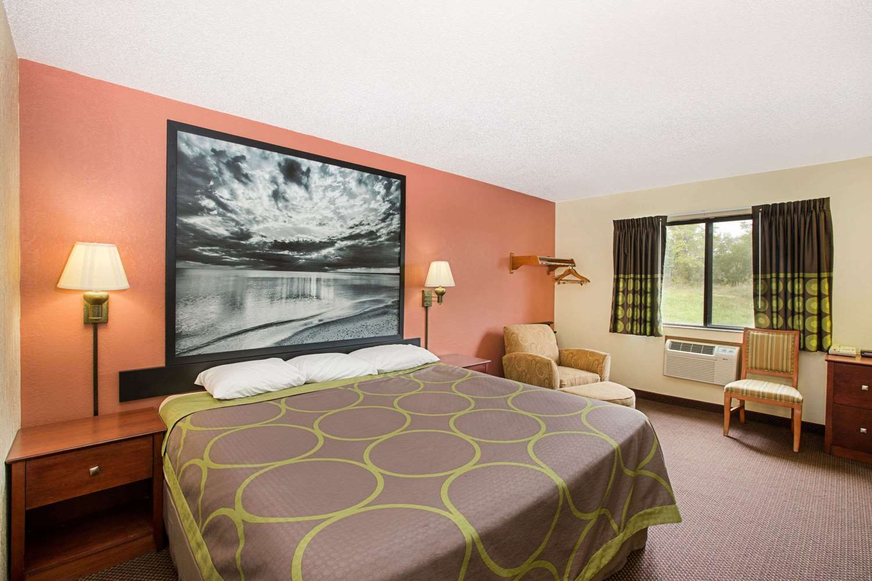 Suite - Super 8 Hotel Oskaloosa