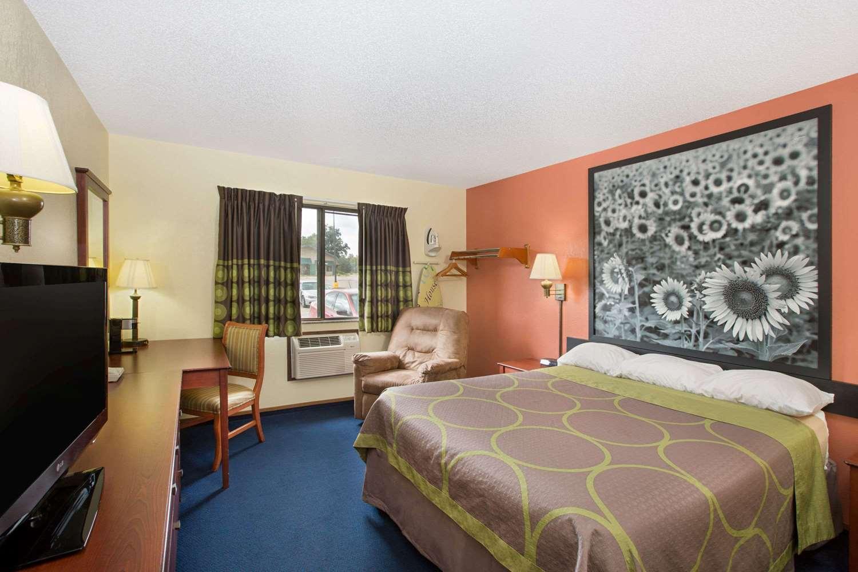 Room - Super 8 Hotel Oskaloosa