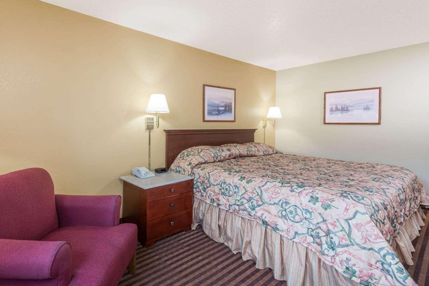 Room - Super 8 Hotel LaVale