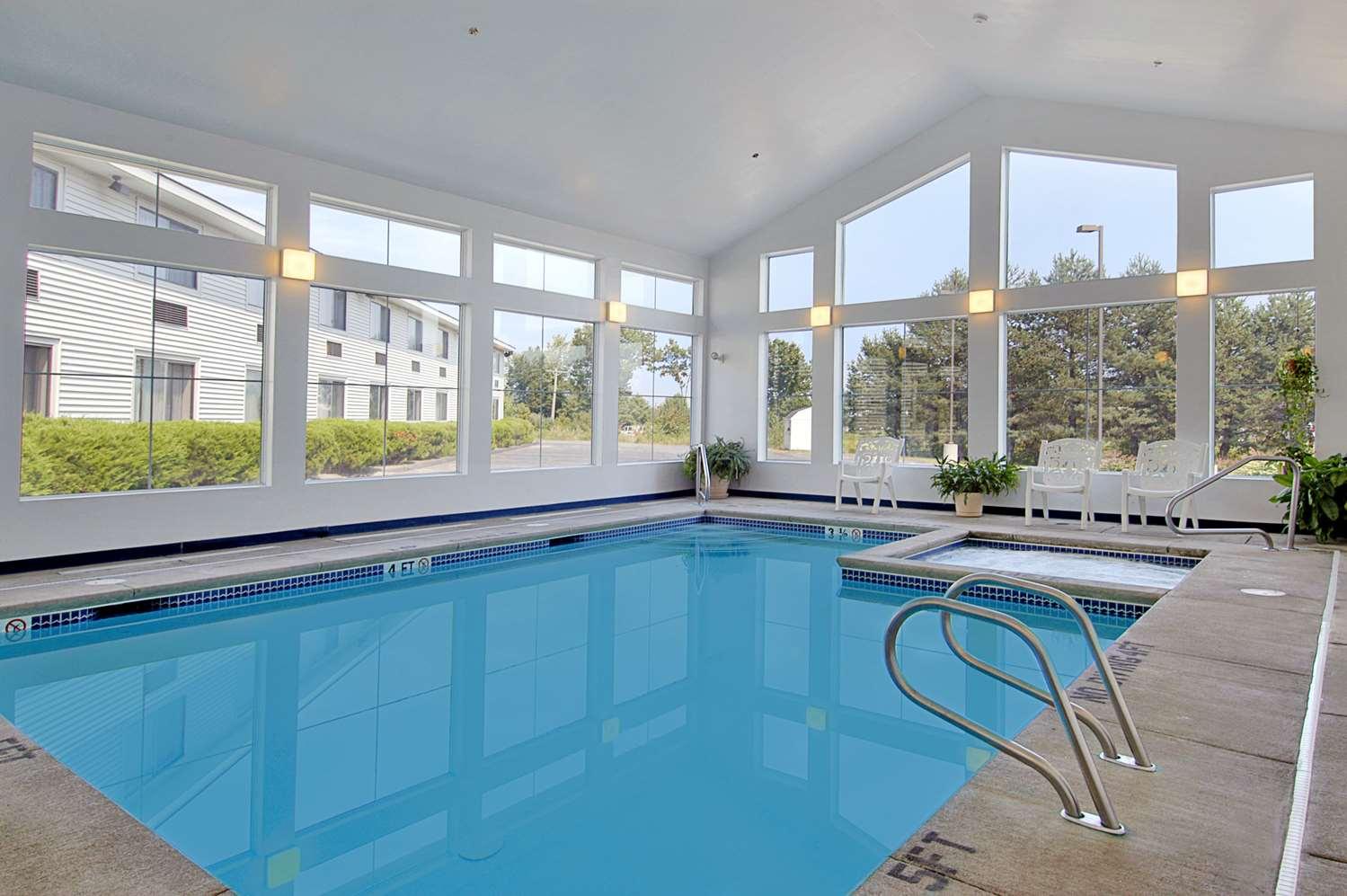 Pool - Super 8 Hotel Westbrook