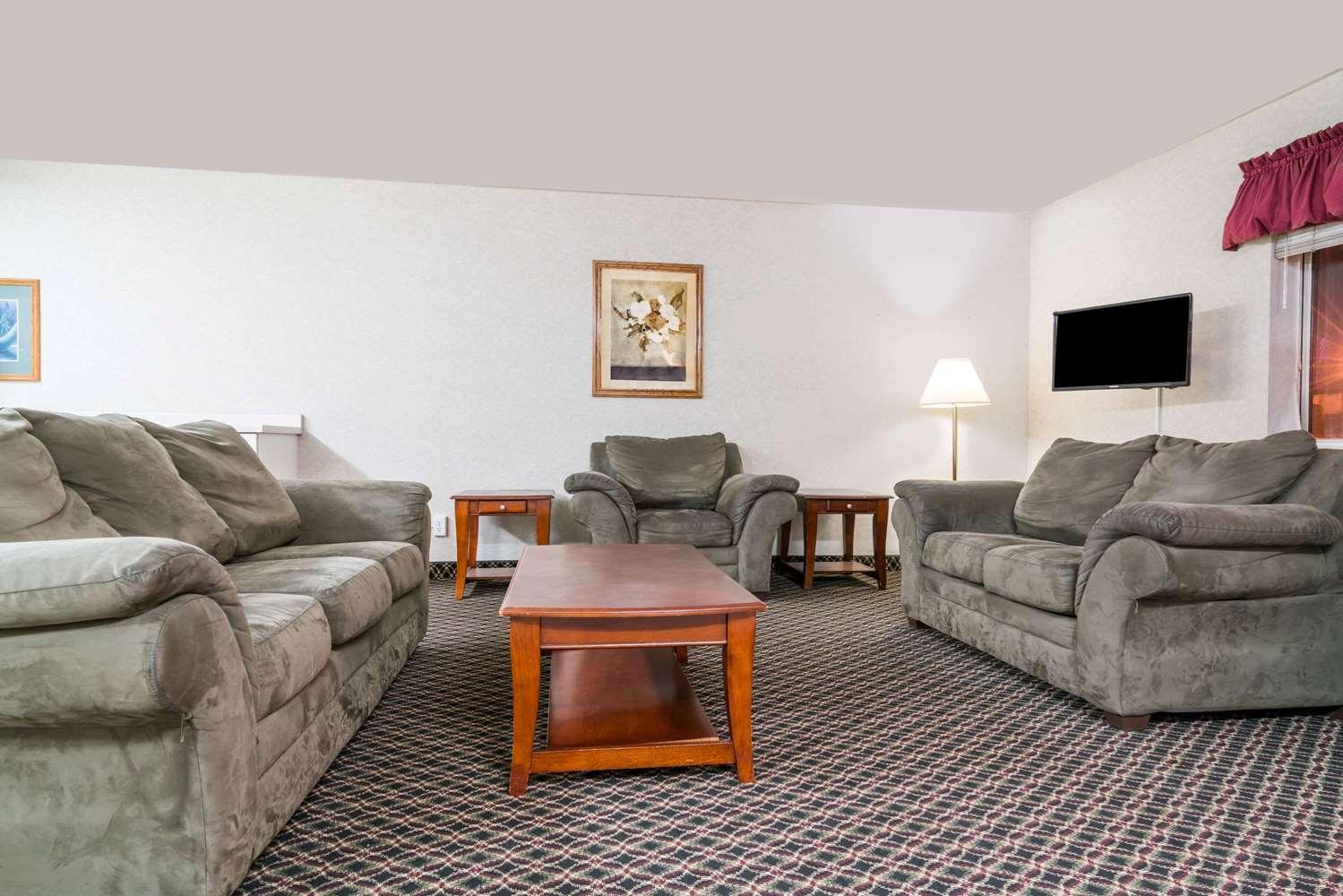 Lobby - Super 8 Hotel I-29 West Acres Mall Fargo