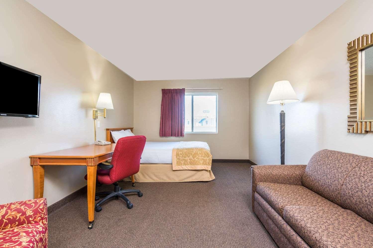 Suite - Super 8 Hotel I-29 West Acres Mall Fargo