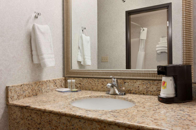Room - Super 8 Hotel West Springfield