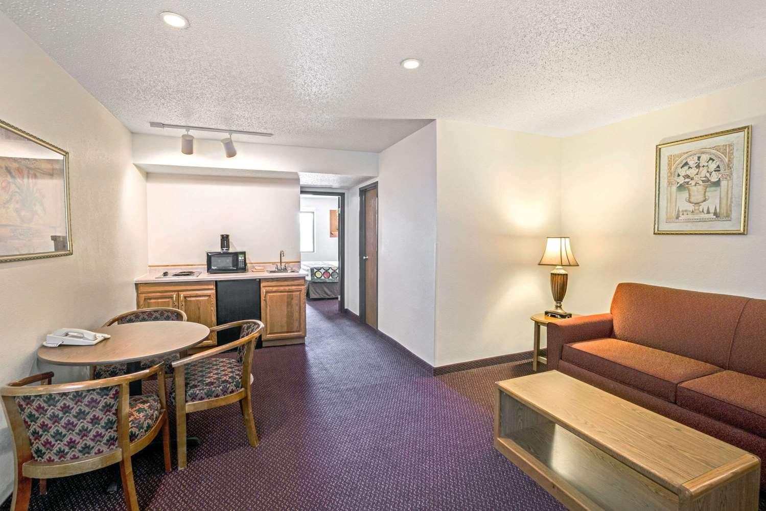 Suite - Super 8 Hotel West Aberdeen