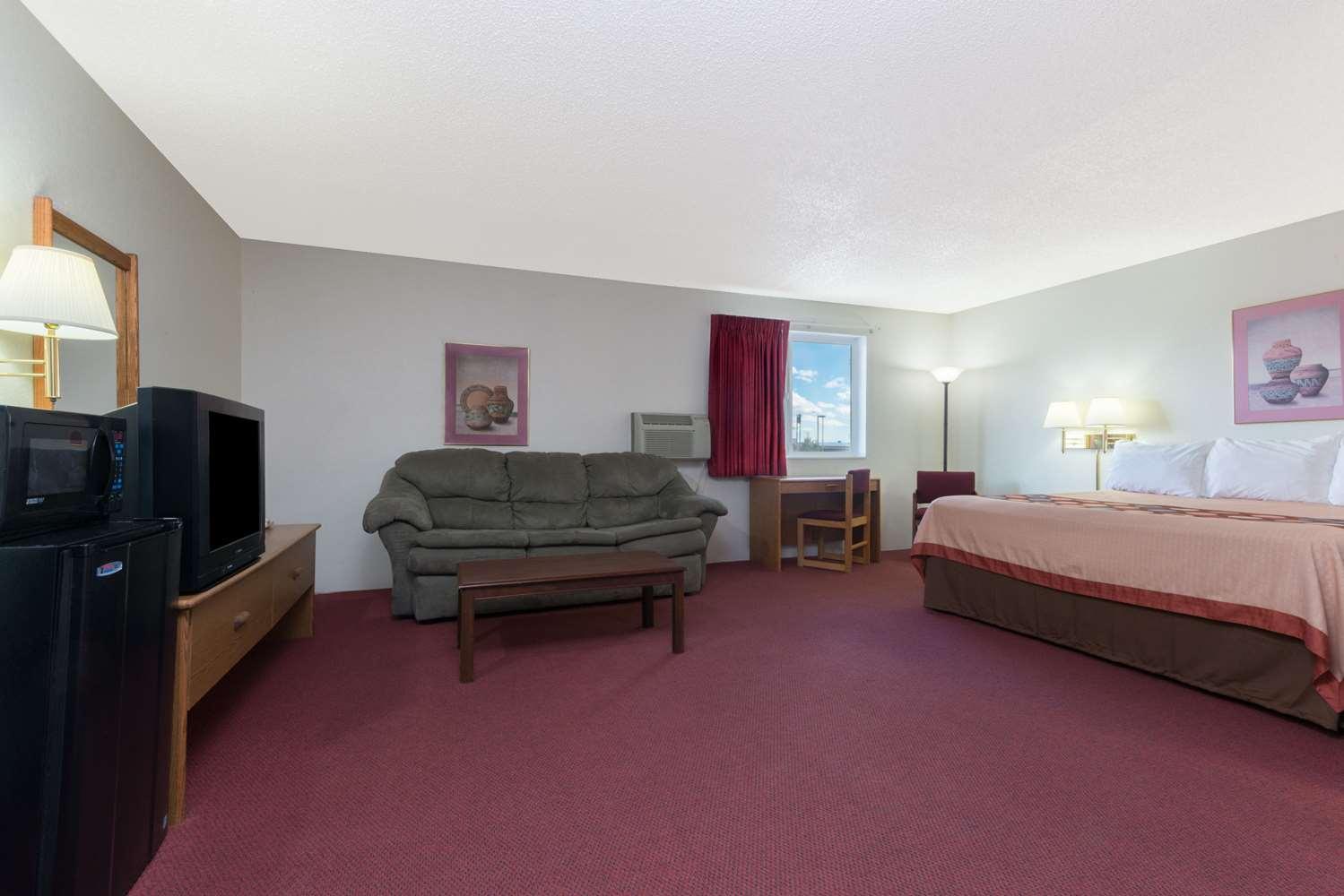 Suite - Super 8 Hotel Raton