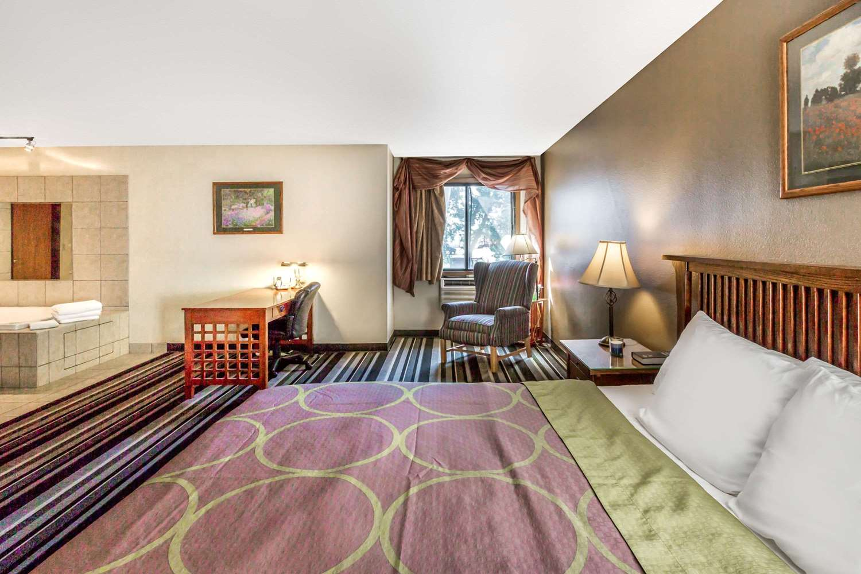 Suite - Super 8 Hotel I-90 Sioux Falls