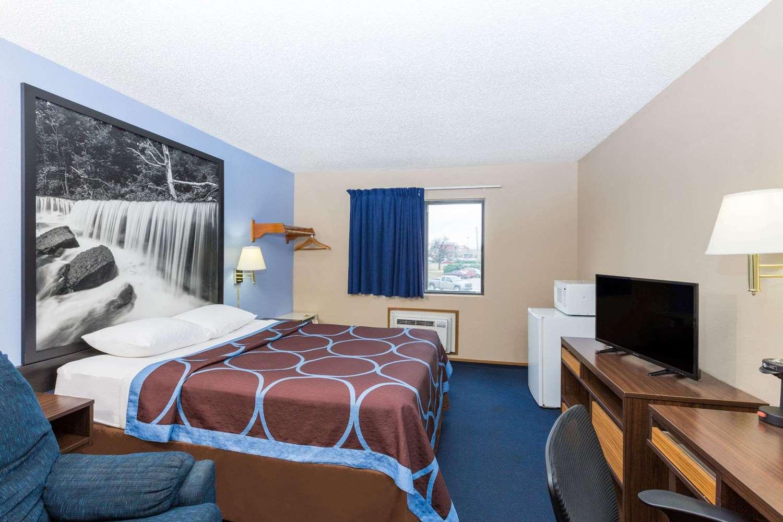Room - Super 8 Hotel Manhattan