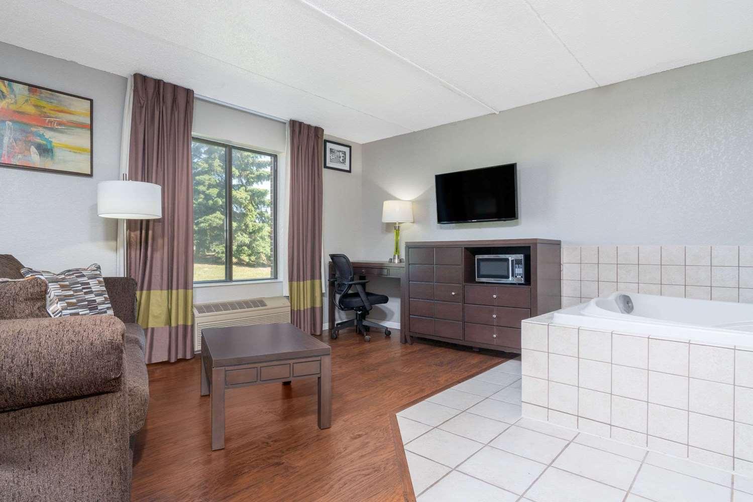 Suite - Super 8 Hotel Minneapolis Airport Bloomington