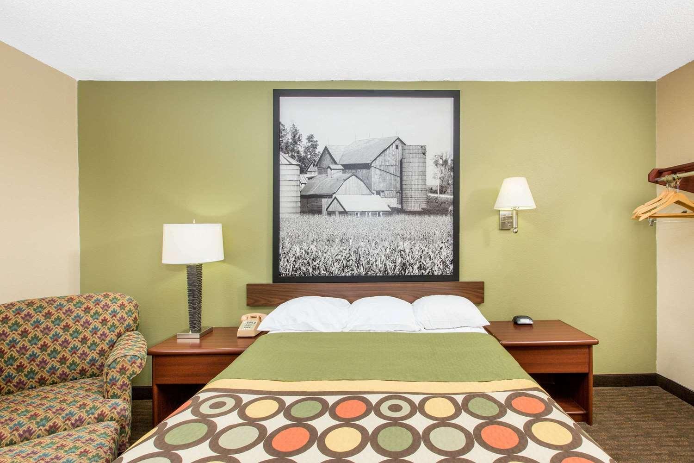 Room - Super 8 Hotel Fairmont