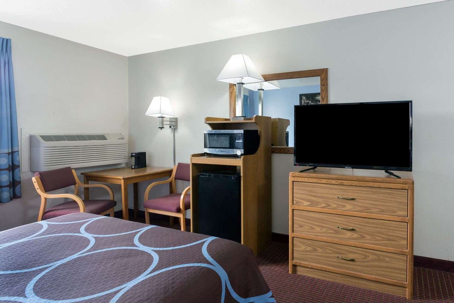 Room - Super 8 Hotel Wisconsin Dells