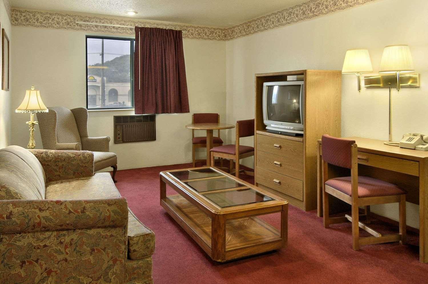 Suite - Super 8 Hotel Butler
