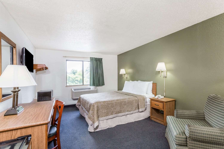 Room - Super 8 Hotel Hampton