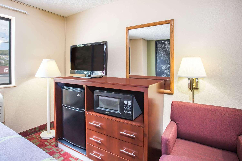 Room - Super 8 Hotel Harrisonburg
