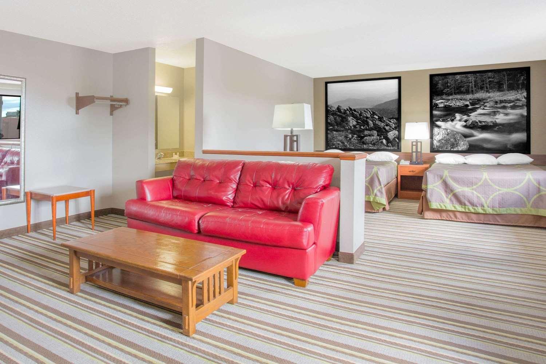 Suite - Super 8 Hotel Abingdon