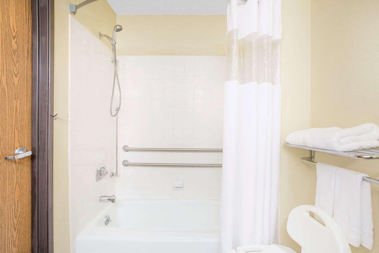 Room - Super 8 Hotel Roanoke