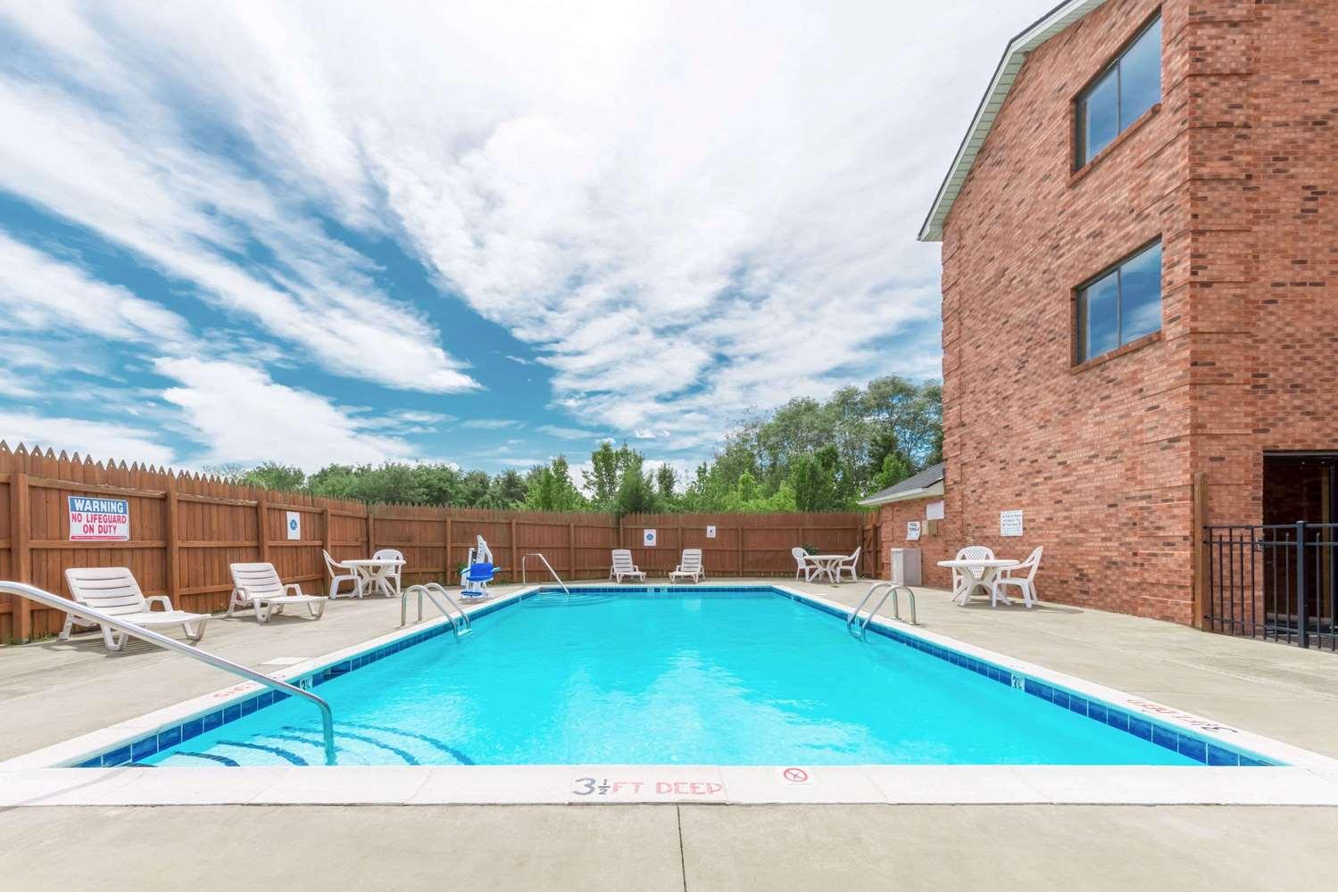 Pool - Super 8 Hotel Georgetown