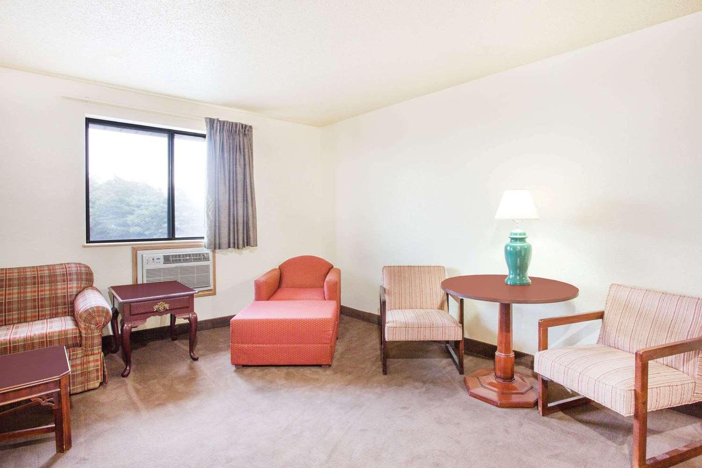 Suite - Super 8 Hotel Lexington