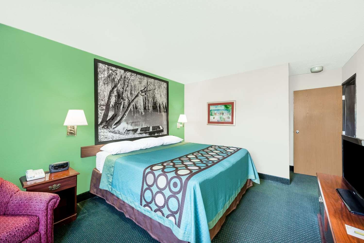 Suite - Super 8 Hotel Parsons