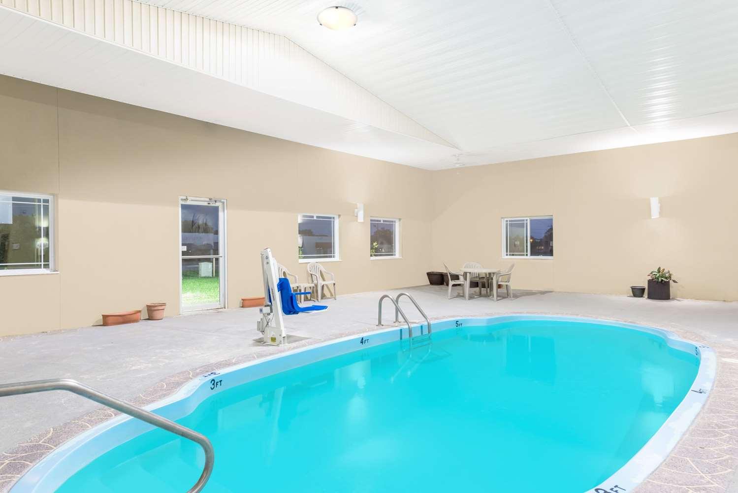 Pool - Super 8 Hotel Parsons
