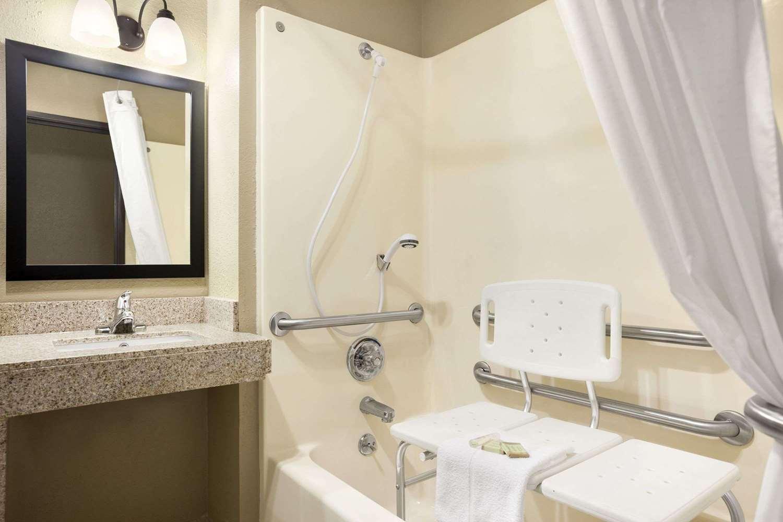 Room - Super 8 Hotel Tuscola