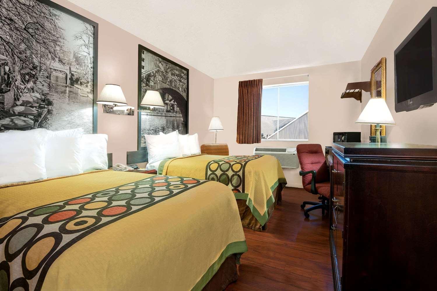 Room - Super 8 Hotel I-35 North San Antonio