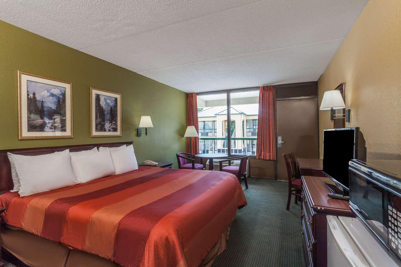 Room - Days Inn West Nashville