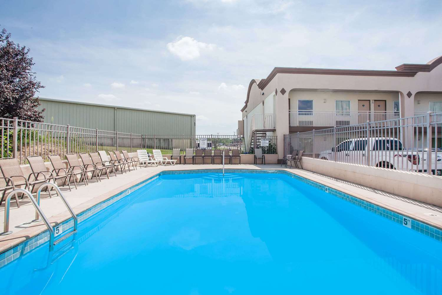 Pool - Days Inn Aberdeen