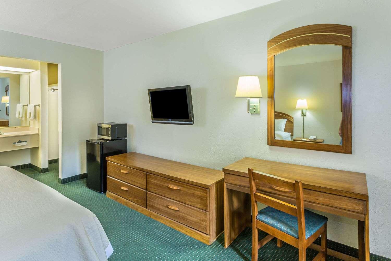 Room - Days Inn Lake Park