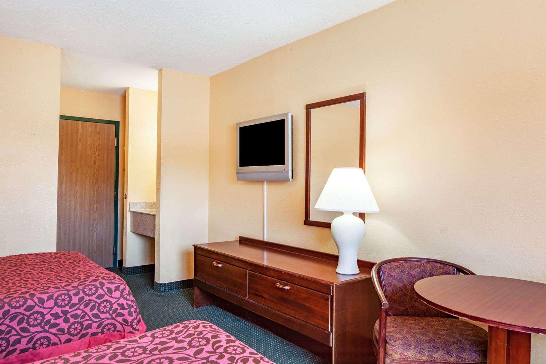 Room - Days Inn Canastota
