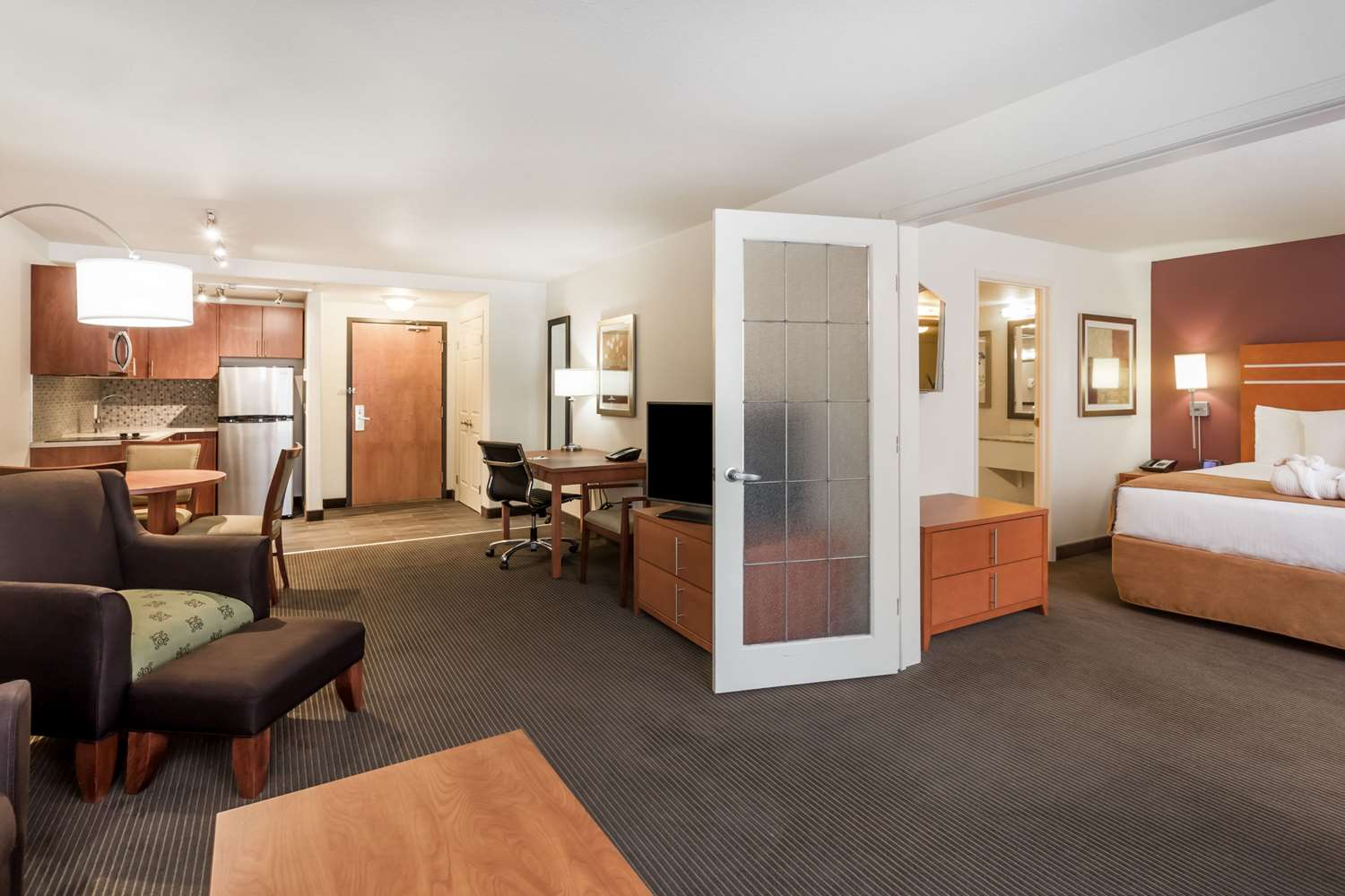 Suite - Wingate by Wyndham Hotel Calgary