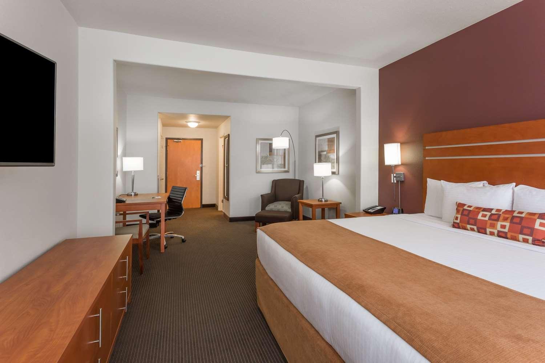 Room - Wingate by Wyndham Hotel Calgary