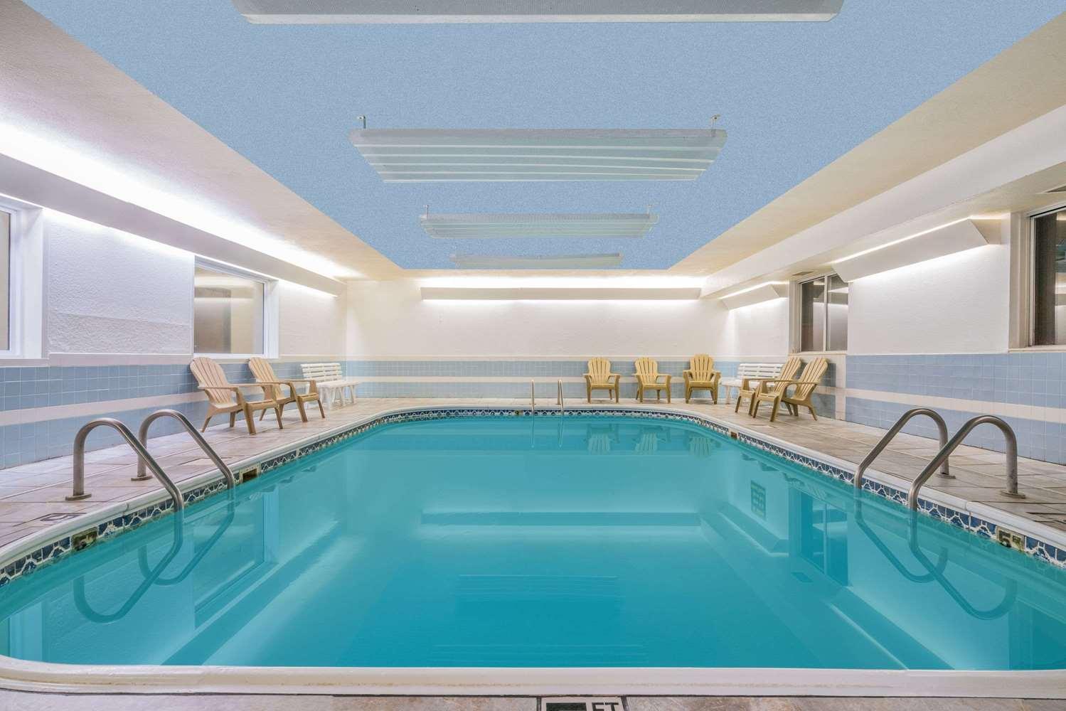 Pool - Howard Johnson Inn West Fargo
