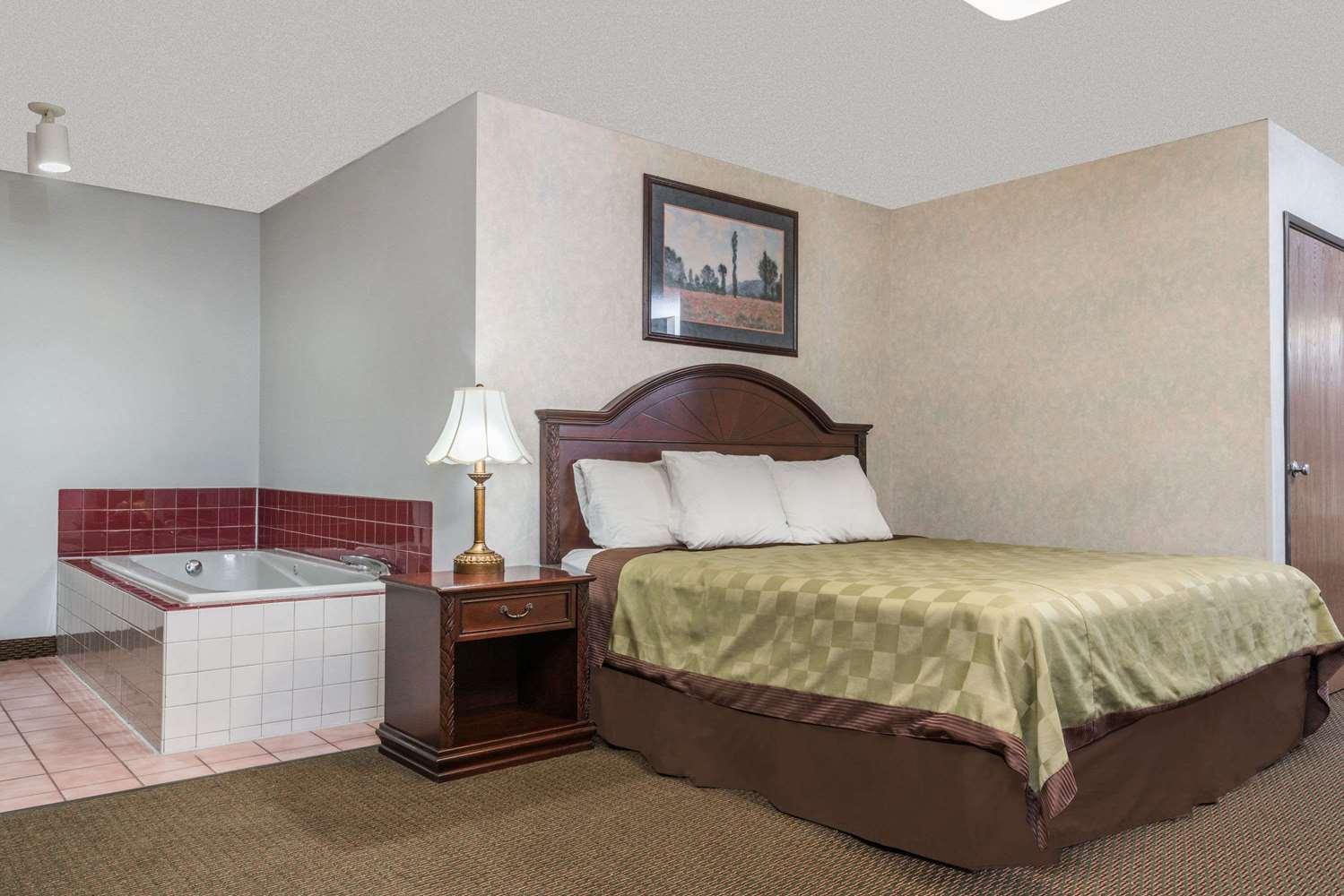 Suite - Howard Johnson Inn West Fargo