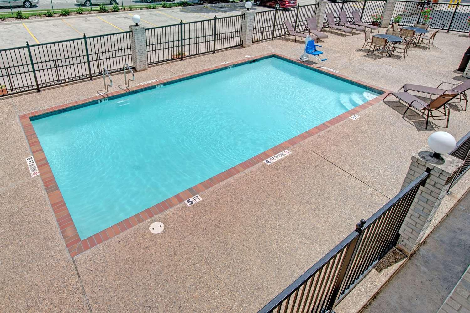 Pool - Days Inn Fiesta Park San Antonio