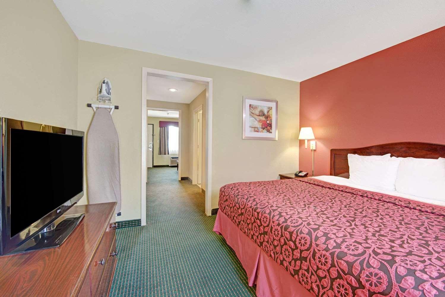Suite - Days Inn Fiesta Park San Antonio