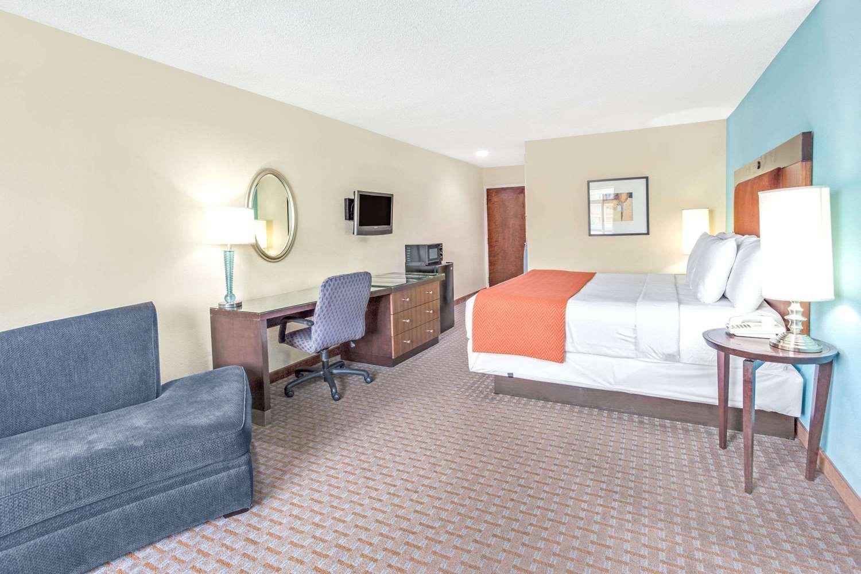 Suite - Days Inn I-285 College Park