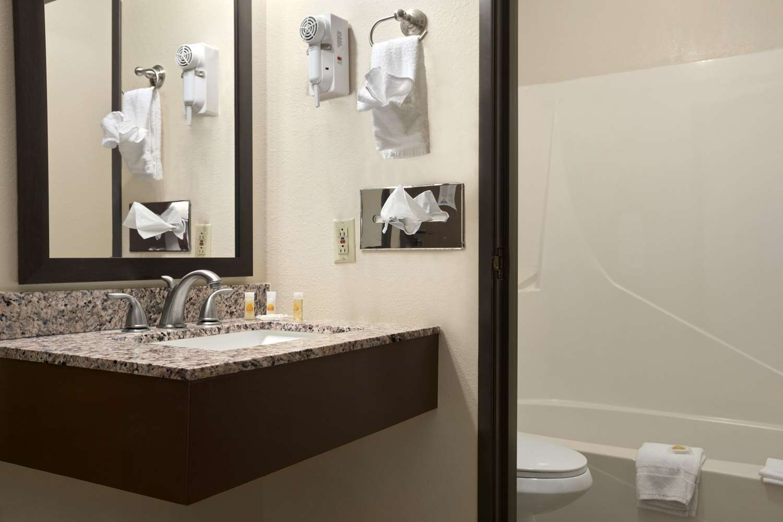Room - Days Inn & Suites Gunnison