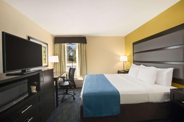 Room - Days Inn & Suites Commerce