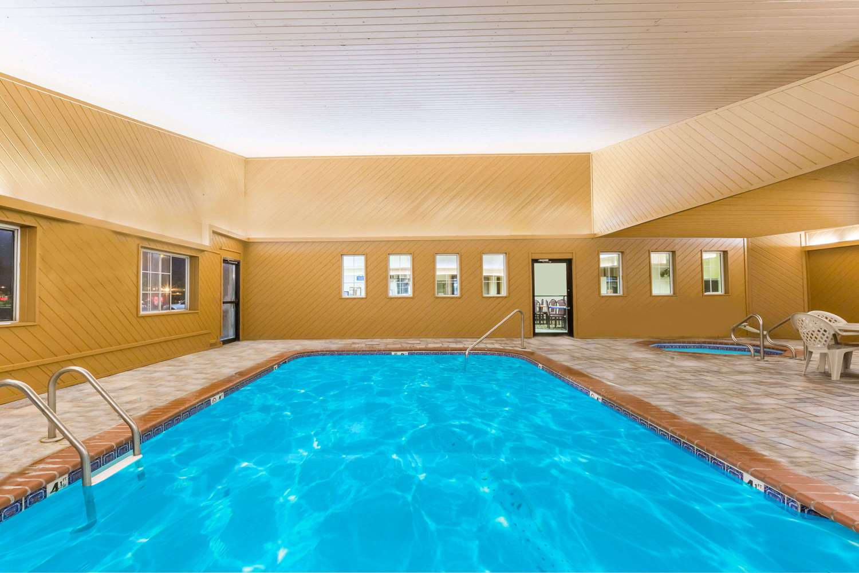 Pool - Days Inn Des Moines
