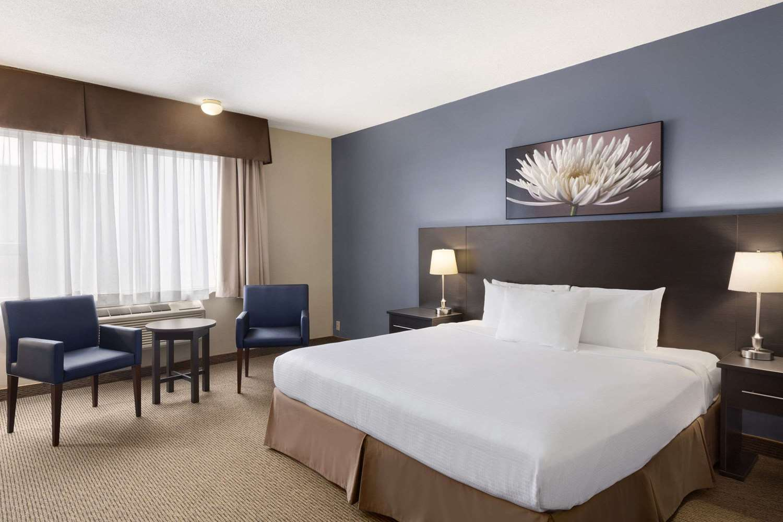 Room - Days Inn Montreal Airport St Laurent