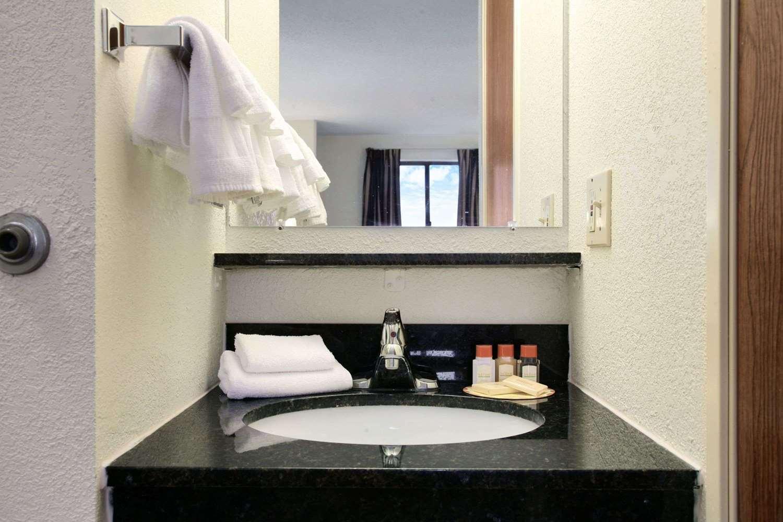Room - Days Inn Oglesby