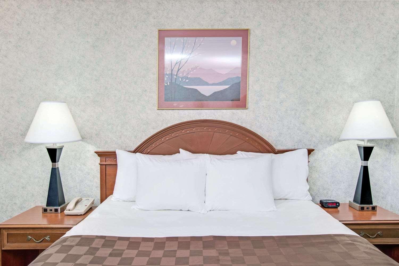 Room - Days Inn Airport Lawndale