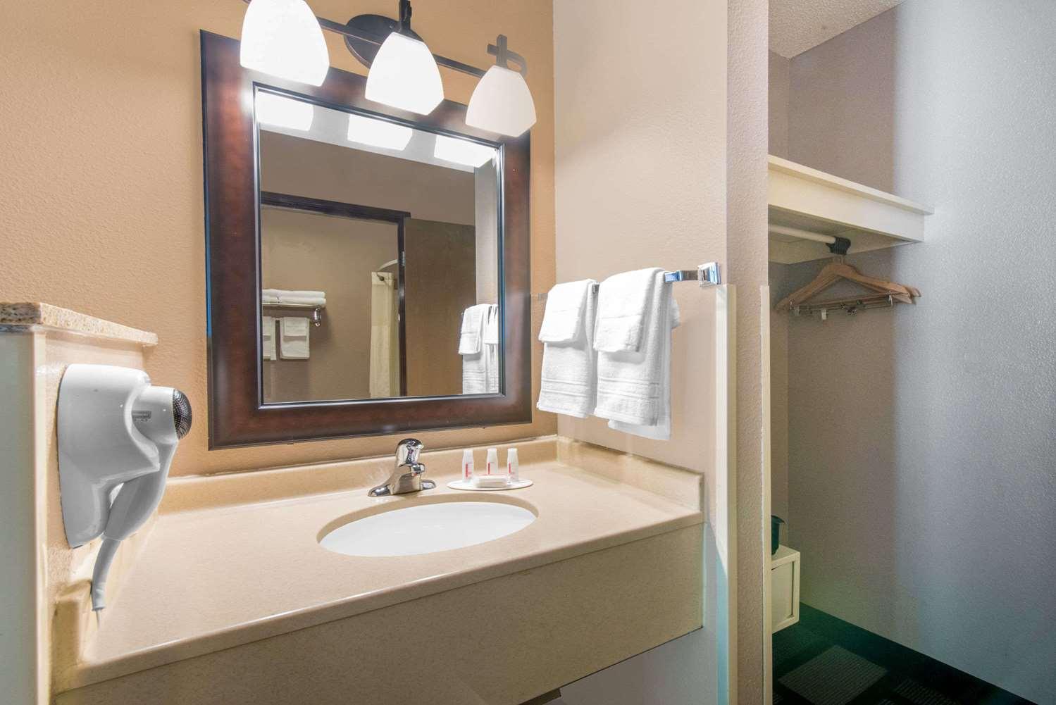 Room - Days Inn Watertown