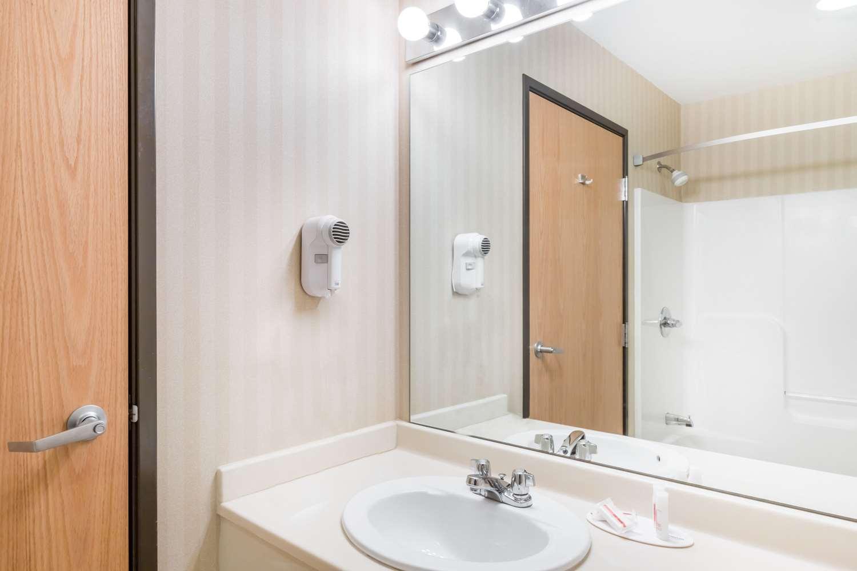 Room - Days Inn & Suites Bridgeport