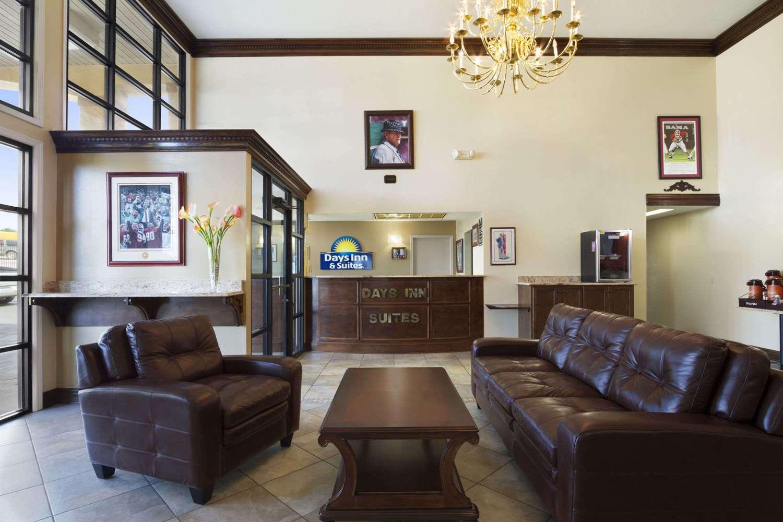 Lobby - Days Inn Suites Tuscaloosa