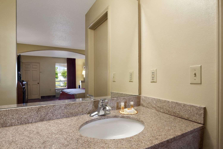 Room - Days Inn Suites Tuscaloosa