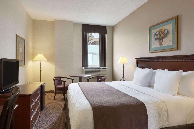 Room - Days Inn East Beaches Toronto