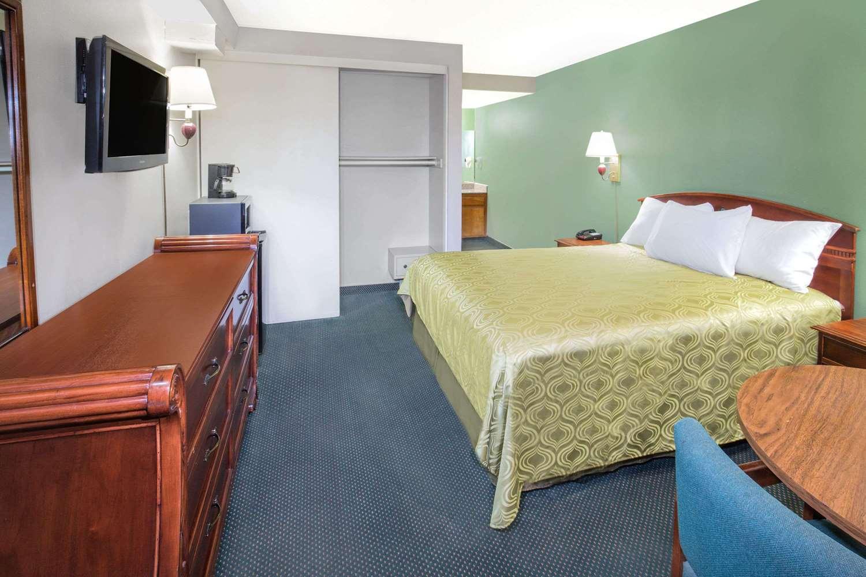 Room - Days Inn Airport Ontario